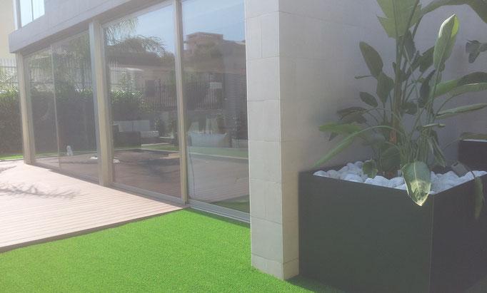 jardinera de acero corten que esconde la reja de ventilación del parking