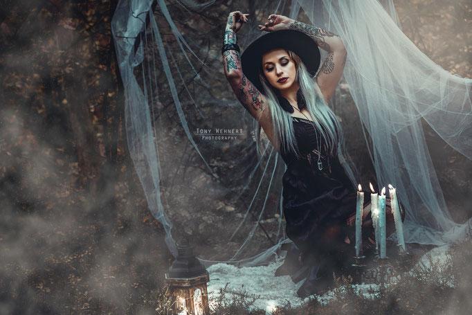 Konzeptionelles Fotoshooting Witchcraft Wald