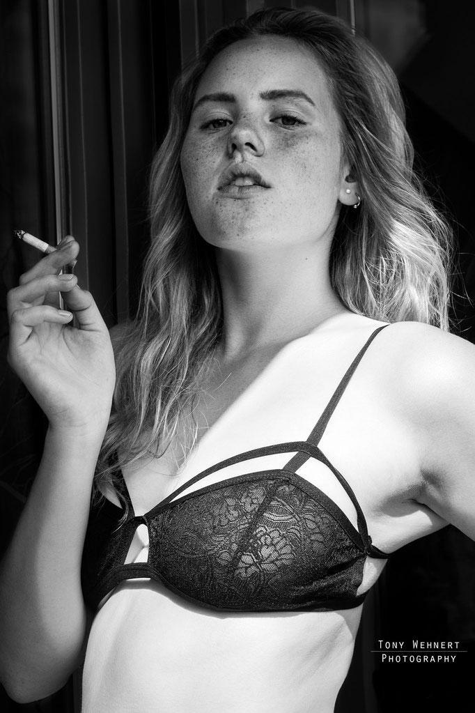 cooles Portrait rauchende Frau