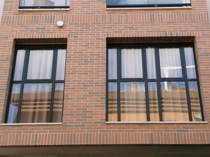 Carpintería de alumino: ventanales con fijos y hoja abatible