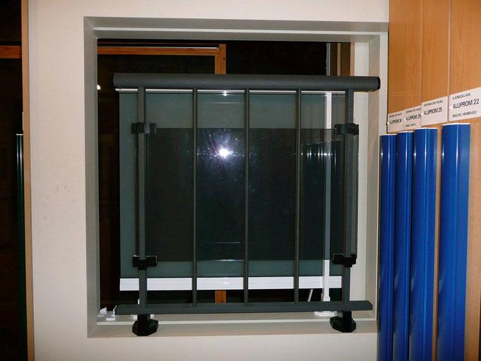 Carpintería de alumino: barandilla de aluminio con vidrio transparente