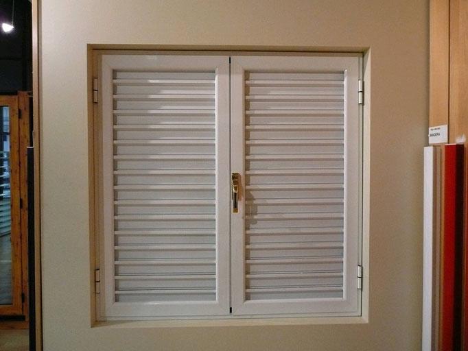 Carpintería de alumino: ventana abatible con lamas fijas