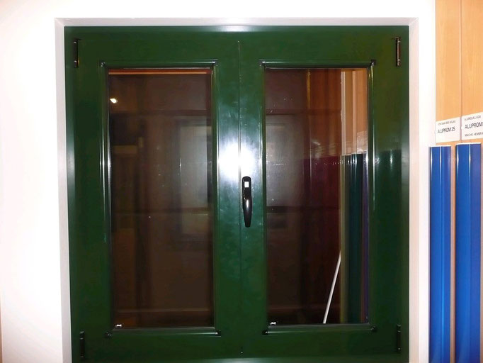 Carpintería de alumino: ventana abatible dos hojas vidrio transparente