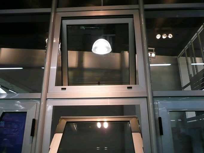 Carpintería de alumino: ventana oscilo (abajo) y ventana proyectable (arriba)