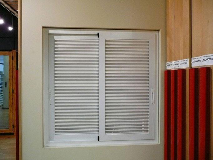 Carpintería de alumino: ventana corredera dos hojas lama fija