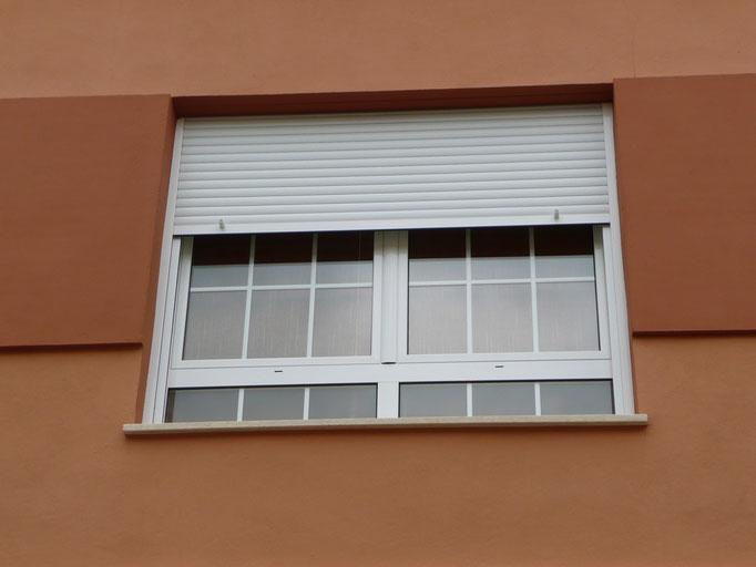 Carpintería de alumino: ventana abatible con barrotilo y persiana