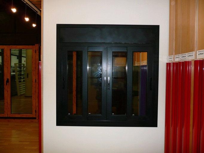 Carpintería de alumino: ventana corredera cuatro hojas con registro de persiana