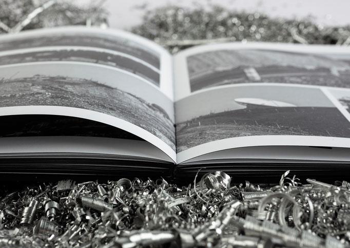 Durch die offene Fadenbindung besitzt das Buch ein sehr gutes Aufschlagverhalten.