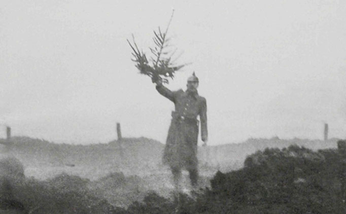 Un officier allemand portant un sapin de noël et sortant des tranchées en direction des positions britanniques (Noël 1914)