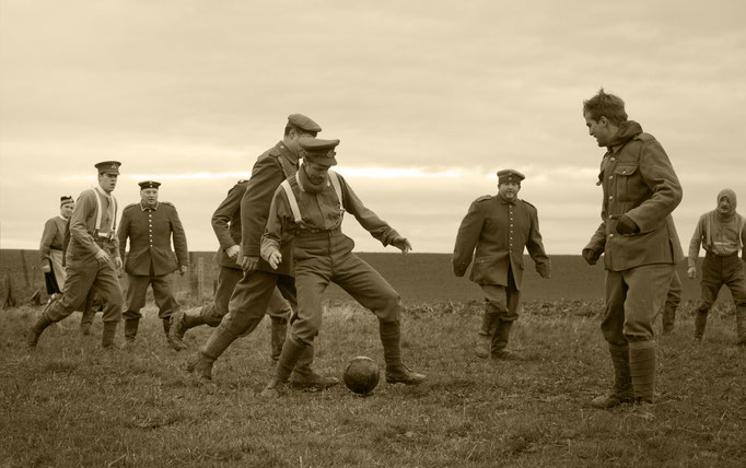 Reconstitution d'un match de football joué pendant la trêve de 1914, à Ploegsteert, en Belgique. Independent.co.uk