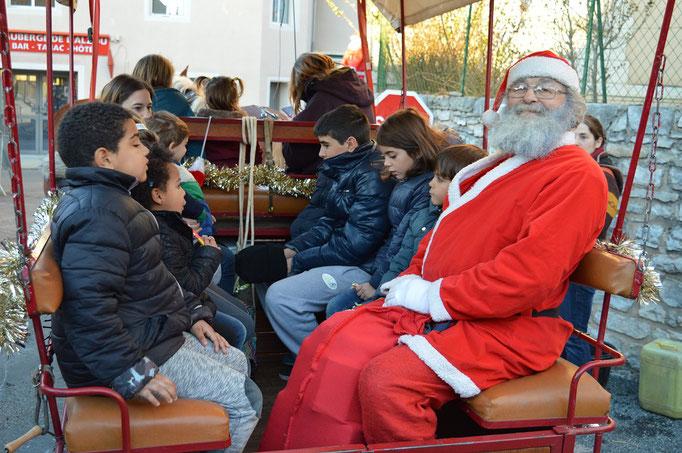 Le Père Noël  fait un tour en calèche
