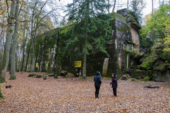 Die alte Dame erklärt uns genau wo wer gewohnt und gearbeitet hat. Hier nochmal der zerstörte Bunker von Adolf Hiteler.