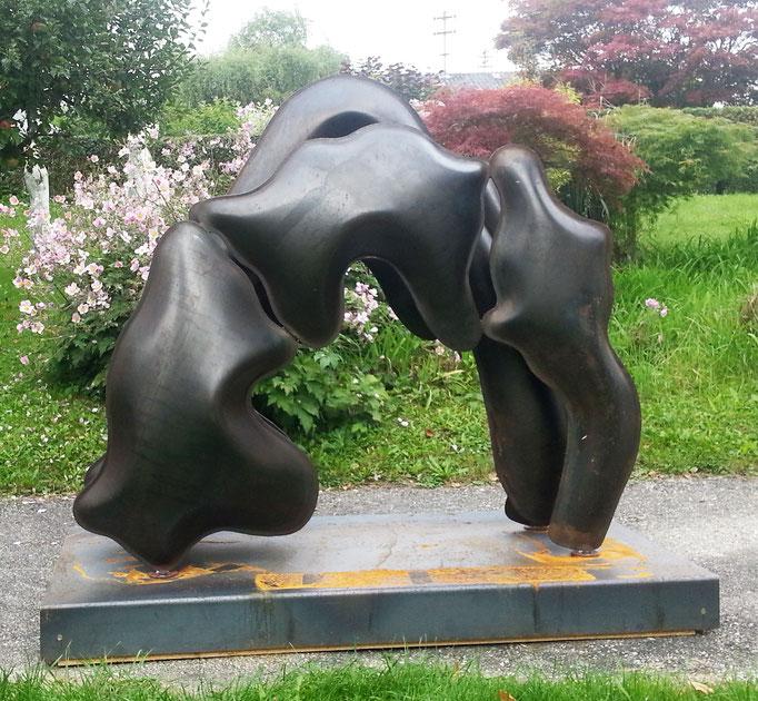 """THOMAS KÜHNAPFEL  """"Animal"""" Stahl 4mm, geschweißt, mit Wasserdruck geformt 130 x 140 x 70 cm auf Sockel"""