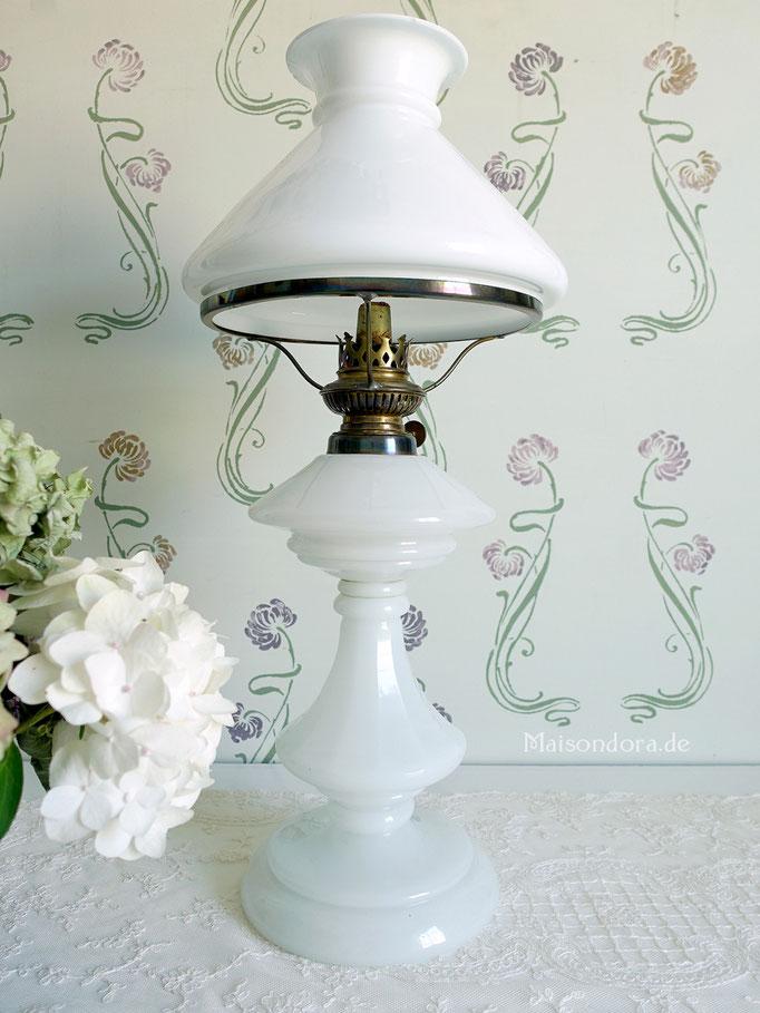 Antike Petroleumlampe Opalglas weiß
