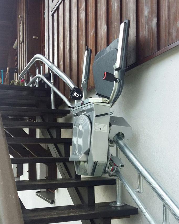 Eurolift als Treppenlift für den Außenbereich mit feuerverzinkter Schiene.