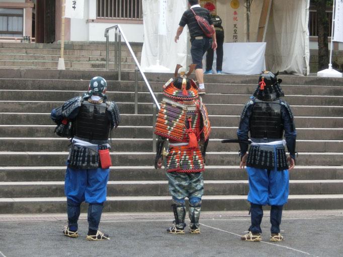 あれ、戦国時代のいでたち。武者姿の3名