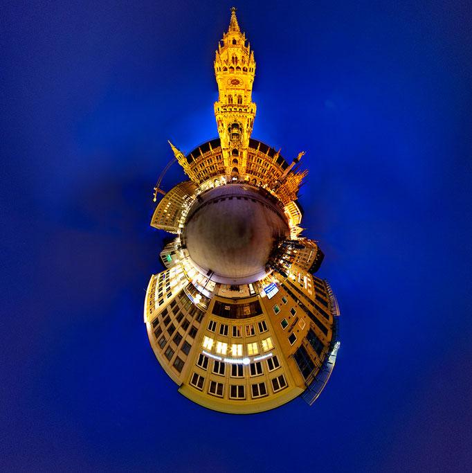 Der Münchener Marienplatz mit dem alten Rathaus