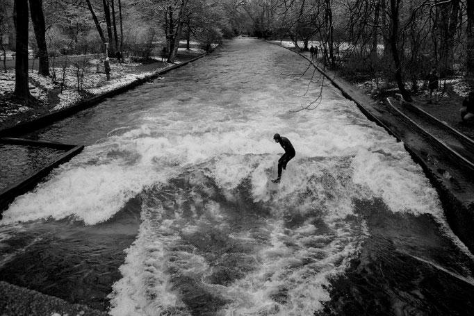 Die Eisbachwelle in München. Dezember (!) 2015
