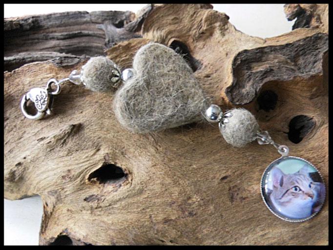 Bild 21:Fellherz und Fellperlen mit silbernen und klaren Elementen. Als Highlight ein Medaillon mit dem Foto des Fellspenders. Preis: 38 Euro