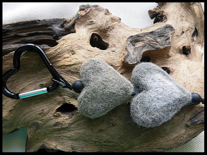 Bild 3: Fellherzen mit Onyxperlen und einem ausgefallenen Karabiner. Preis: 47Euro