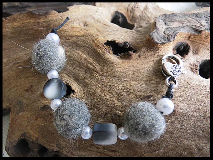 Bild 17: Fellperlen mit schwarz grauen Zwischenlementen, weissen Wachsperlen. Preis: 30 Euro