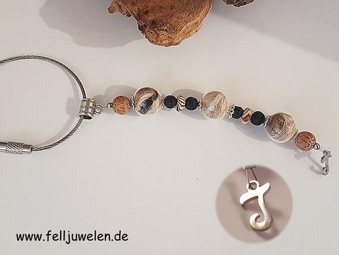 Bild 13: Das Fell ist eingefasst in Glasperlen, verarbeitet sind Perlen in Holzoptik und schwarze Lavaperlen. Als Abschluss ein Buchstabe aus Edelstahl. Preis: 35 Euro