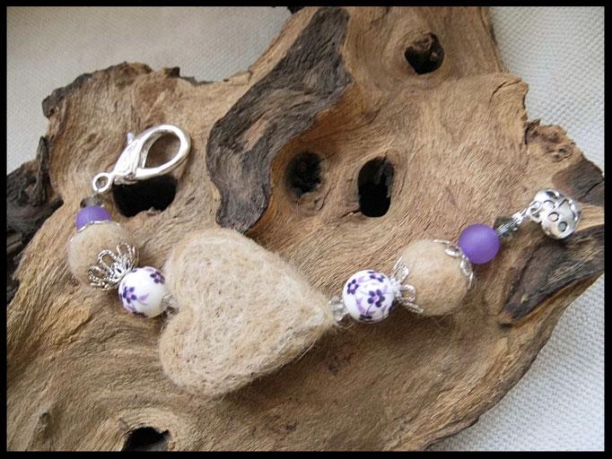 Bild 39: Fellherz und Fellperlen mit Polarisperlen, porzellanperlen und kleinen farbiegen Facettensteinchen gefertigt. Als Abschluss ein kleiner silberner Herzanhänger mit Pfotendruck. Preis: 37 Euro