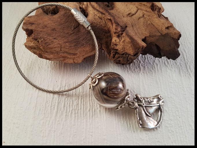 Bild 30: Pferdehaar in eine Glasperle ingefasst und mit Perlkappen verziert. Als Highlight dient ein silberner Anhänger . Angebracht an einem Edelstahldrahtring. Preis: 31 Euro