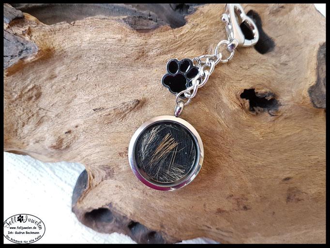 Bild 6: Edelstahlmedaillon mit einzelnen Haaren gefüllt, verziert mit einerm Pfotenanhänger und einem tollen Herzkarabiner. Preis: 50 Euro