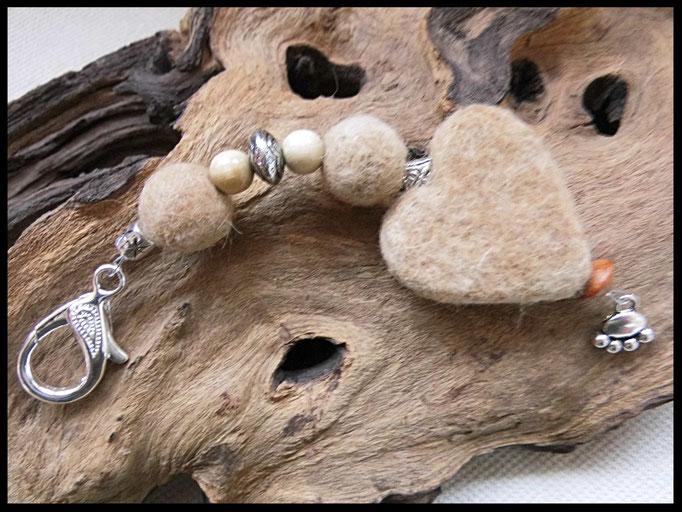 Bild 38: Fellperlen und ein Fellherz mit Natur und silberperlen verziert, als Abschluss eine kleine silberne Pfote. Preis: 36 Euro