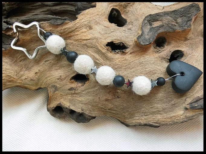 Bild 40: Fellperlen mit schwarzen Onyxperlen und Hämatitsternchen, als Abschluss ein schwarzes Fimoherz. Preis: 36 Euro