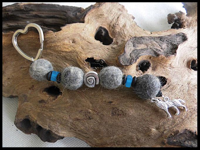 Bild 48: Verschieden farbige Polariselemente, silberne Perle in Schneckenform, silberner Wolfsanhänger. Preis 32 Euro