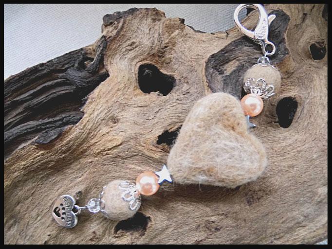 Bild 9: Wachsperlen, silberne Perlkappen , Hämatitsternchen und klare Facettensteine, als abschluss ein silberner Herzanhänger.Preis: 36 Euro
