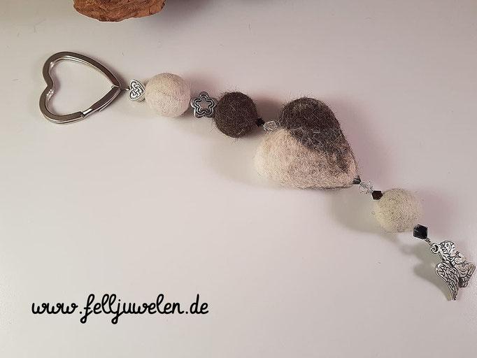 Bild 29 : Ein Fellherze mit Fellperlen und einem silbernen Engelanhänger. Preis: 40 Euro