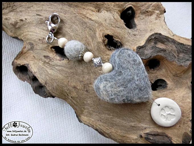 Bild 1 Fellherz und  Fellkugel,  Holzperlen, Perlkappen und eine silberne Raute.  Fimoanhänger mit Pfotenabdruck, Preis: 36 Euro