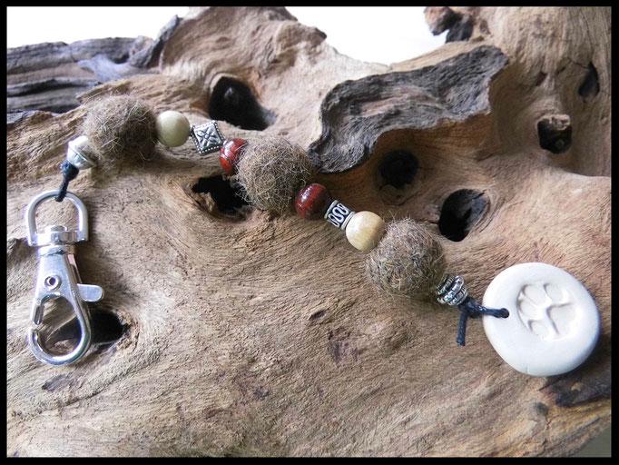 Bild 33: Fellperlen mit Naturperlen in Holzoptik und Silberperlen. Als Abschluss ein Fimoanhänger mit Pfotendruck. Preis: 32 Euro