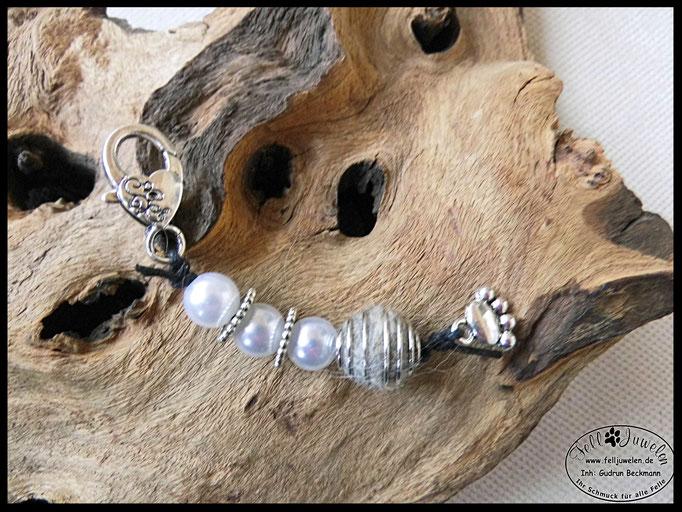 Bild 10: Weisse Wachsperlen, silberne Spacer, Pfotenanhänger: Preis: 28 Euro.