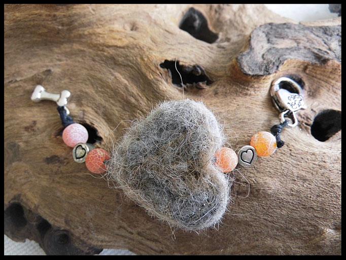 Bild 19: Ein Fellherz aus Tierhaaren mit apricotfarbigen Achatperlen, silberne Zwischenperlen und ein silberner Knochenanhänger. Preis: 36 Euro