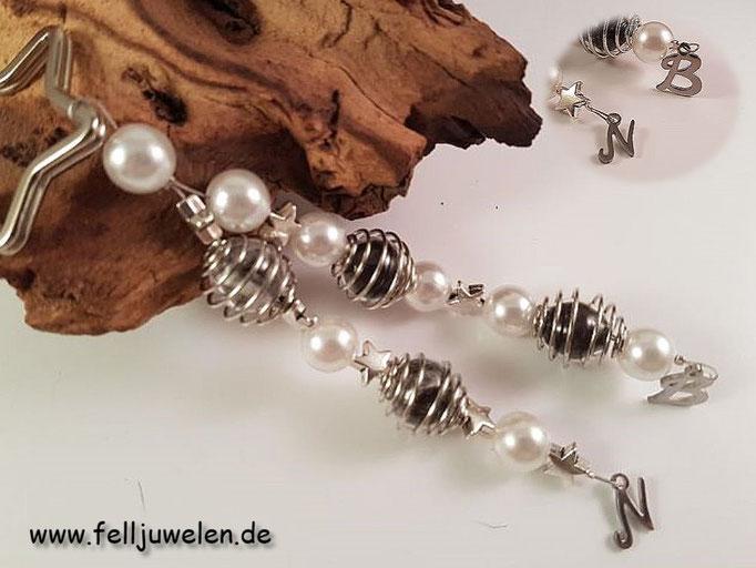 Bild 23: Die Haare sind in Glasperlen eingefasst diese umschlossen von silbernen Perlenkäfigen. Verarbeitet sind weisse Wachsperlen, silberne Sternchen und Buchstaben der jeweiligen Fellspender aus Edelstahl. Preis: 36 Euro