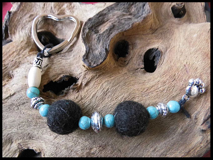 Bild 37: Fellperlen mit Türkisfarbigen Perlen  und silberelementen gefertigt un d mit einer silbernen Pfote versehen. Preis: 36 Euro