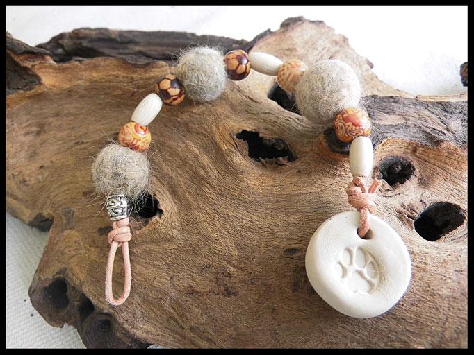 Bild 15: Fellperlen mit schönen Holzperlen und einem Naturfarbigen Fimoanhänger mit Pfotenabdruck. Preis: 26 Euro