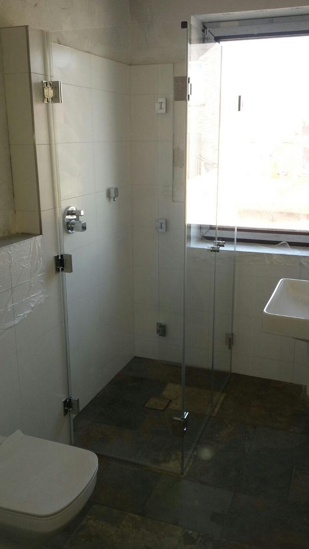 Komplett anklappbare Duschkabine für maximale Raum beim Duschen. Nach dem Duschen wird diese einfach angeklappt, sodass man mehr Platz im Badezimmer zur Verfügung hat.