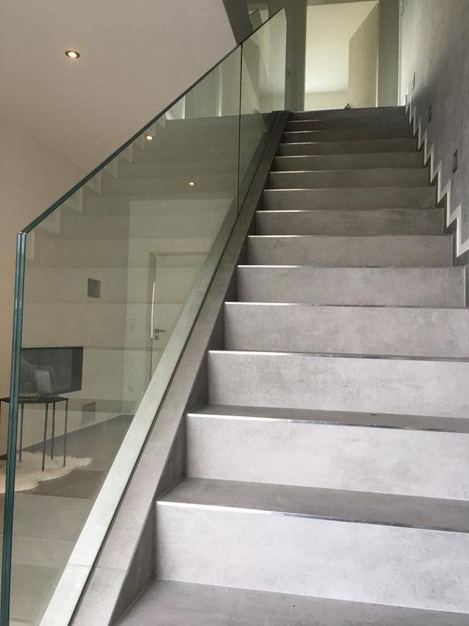 Treppenbrüstung in einem bauseits vormontierten Profil