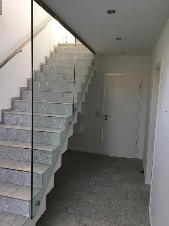 Seitlich an Treppe montierte Brüstung bestehend aus 2 Scheiben mit 4 Punkthaltern und dezenten Profil an der Decke