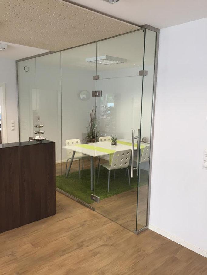 Raumteiler über Eck als Besprechungsraum und 1 Pendeltür