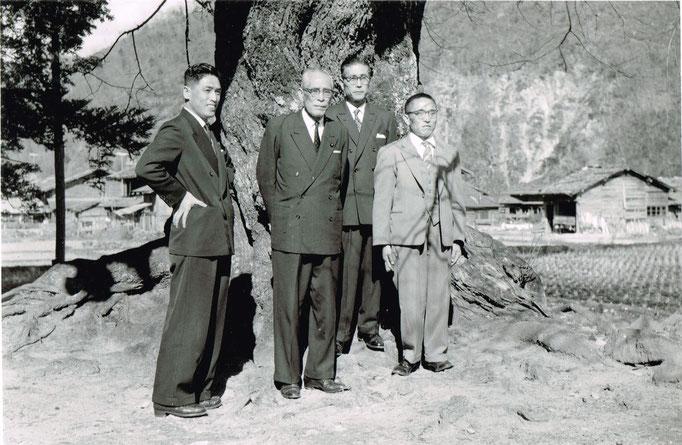 荘川桜の生みの親、高碕達之助さん(左から二番目の方)