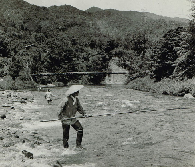鮎の友釣り、よりも写真奥の橋に注目しています