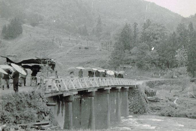 赤谷橋の渡り初めという貴重な写真