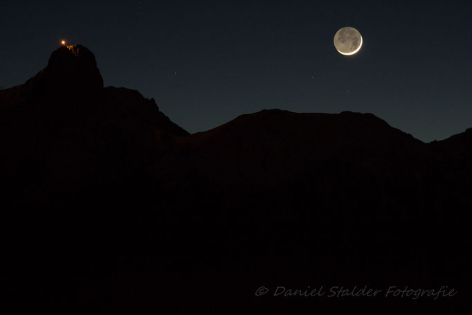 Die im Schatten liegende Seite des Mondes wird vom Restlicht der Sonne so erhellt, dass sie sichtbar wird   -N15-