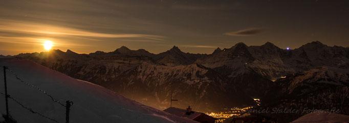 - Der Mond ist aufgegangen -    Blick vom Niederhorn auf die grossen Berner Gipfel   -N20-